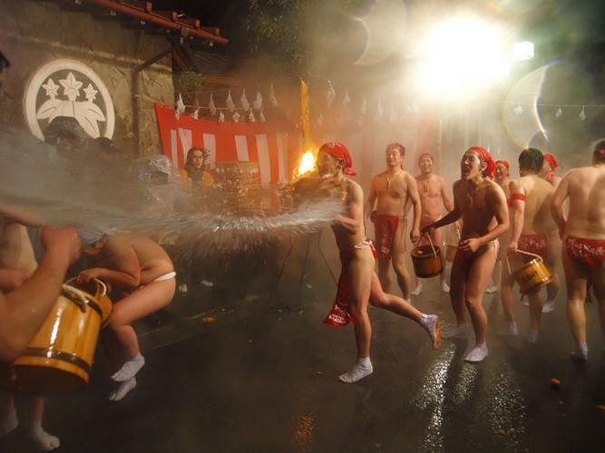 川原湯溫泉潑水祭